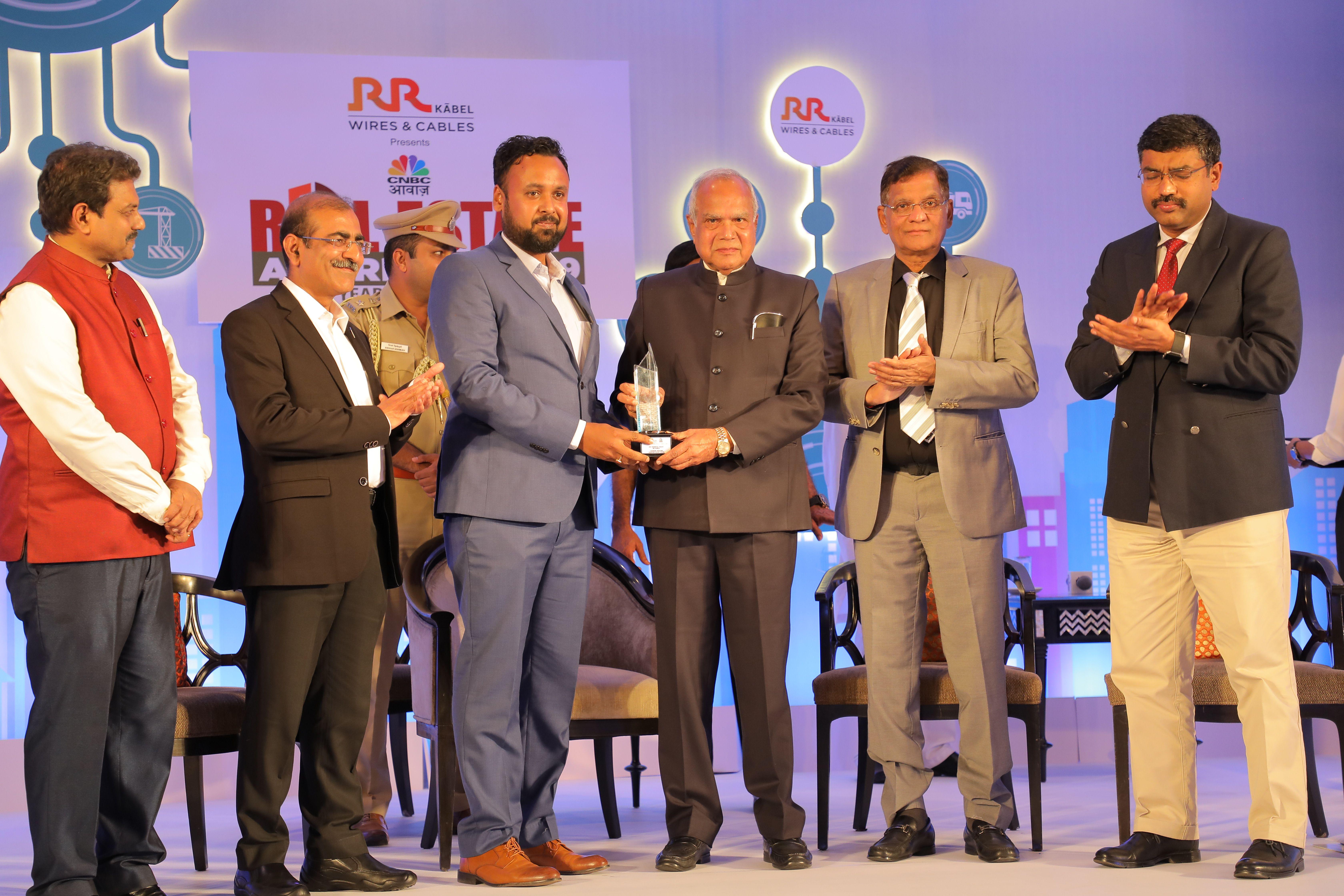 Mr.Gautam Aggarwal -VP, Product Development of Casagrand Builder Pvt.Ltd. receiving the award from Tamil Nadu governor Mr. Banwarilal Purohit
