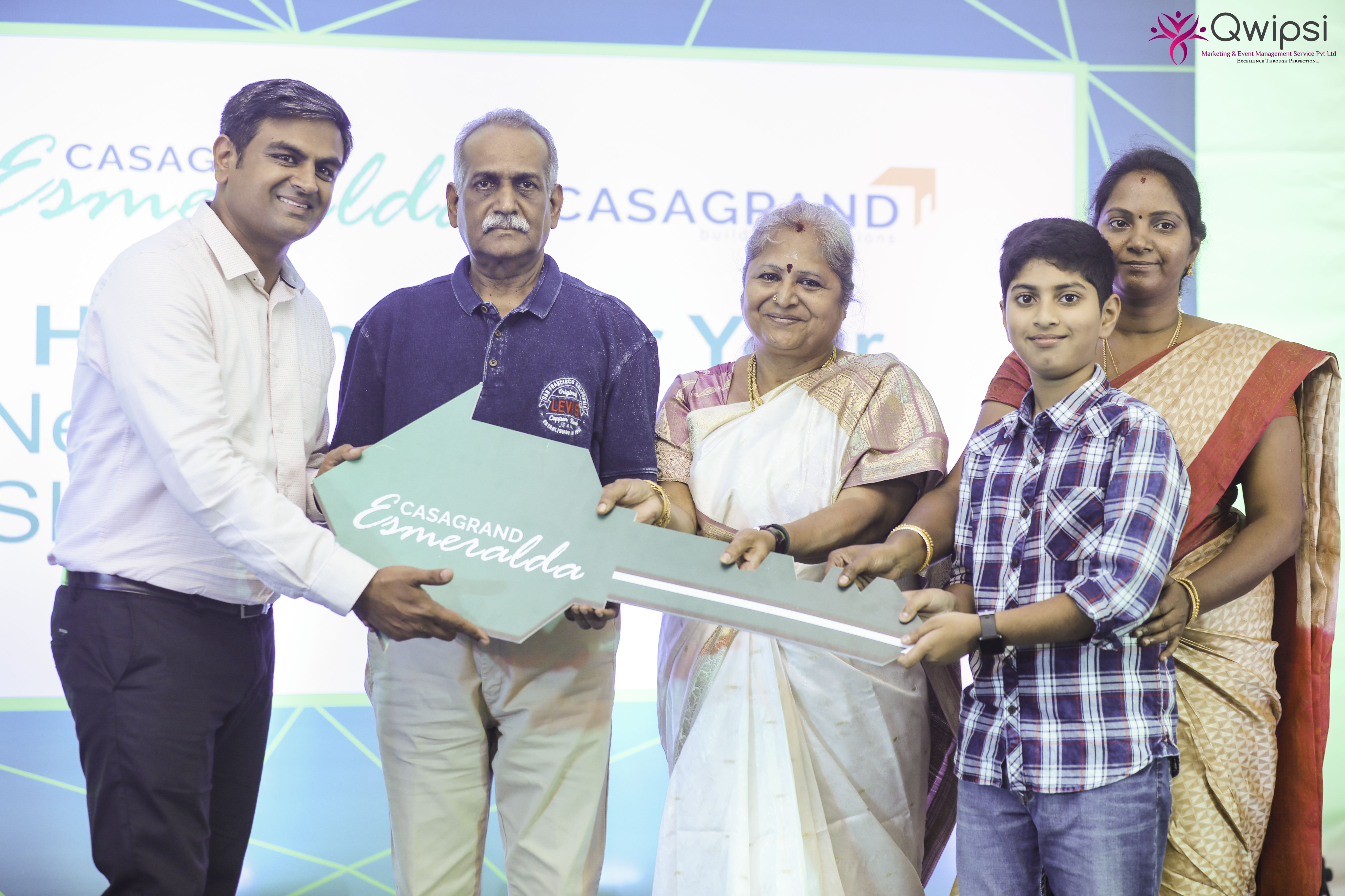 Sathish CG, Director of Bangalore Zone, Casagrand Builder Pvt. Ltd. handing over the key to the homebuyer at the event (2)